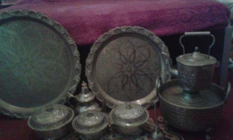 اواني فضية قديمة عليها نقوش وكاس زجاجي
