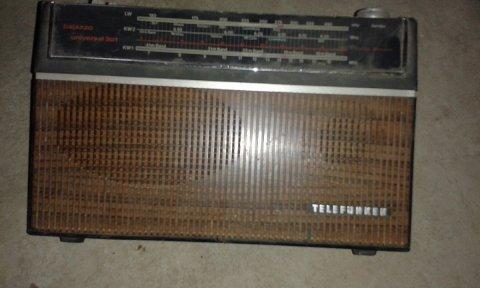 مصباح قديم صنع ألماني  و راديو قديم