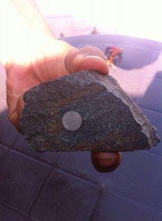 حجر نيزكي يلتصق بالمغناطيس