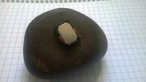 حجر يلتصق به مغناطيس