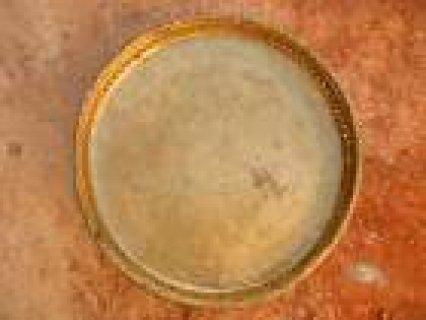 اعرض للبيع ثلاثة صينيات قديمة مع فضلتين + كأس معدنية