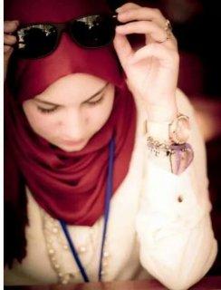 مسلمة واعتز باسلامي مرحة نشيطة احب الحياة في طاعة الرحمان طبعا.