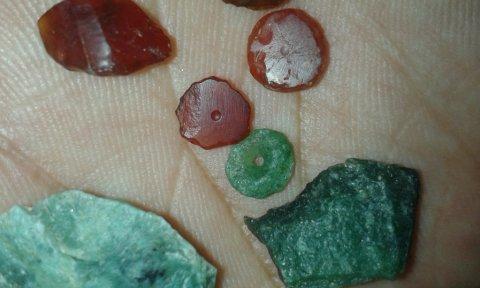 خرز من حجر العقيق الاحمر