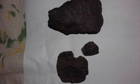 ثلاثة احجار نيزكية