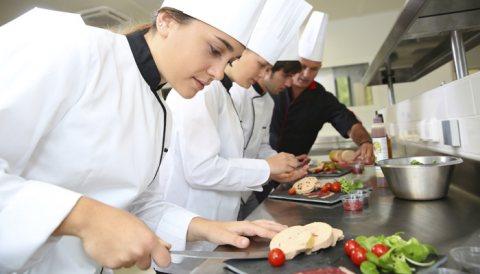 توفير طباخين خبرة كبيرة في مجال الطبخ متمرسين