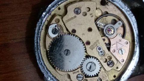 ساعات جد قديمة محركها من ذهب وتحتوي على زئبق