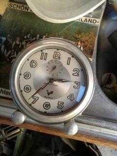 ساعة قديمة لها تقريبا 60 عاما