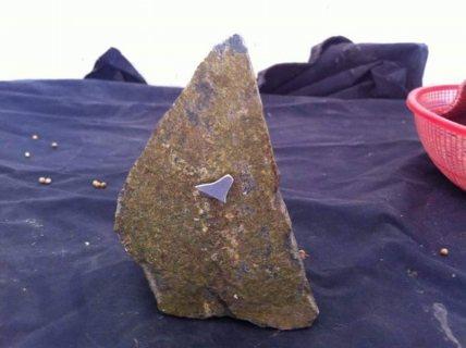 لدي حجر يبدو انه نيزكي حيت يلتصق به المغنطيس. ..