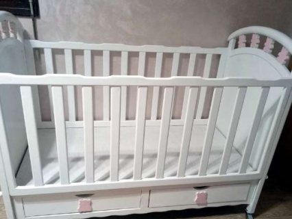 un lit de bébé avec matelas neuf anti allergique 1.40/70