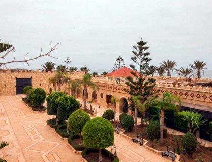 قصر رائع على ساحل البحر