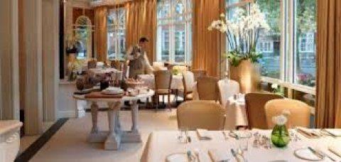 لدينا من المغرب كابتن صالة خبرة في ارقى المطاعم والفنادق جاهزين للعمل لديكم