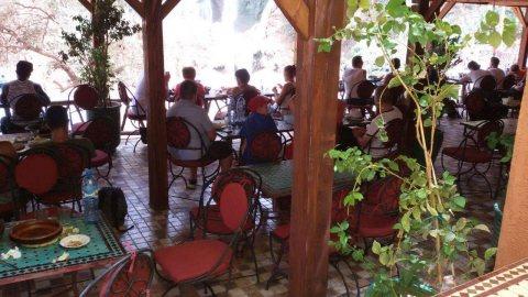 مطعم من طابقان في شلالات اوزود