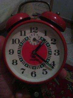عندي ساعة قديمة حمراء