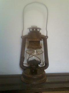 مصباح قديم من نوع الماني و راديو قديم