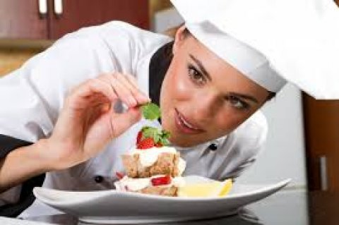 عاملة مطبخ